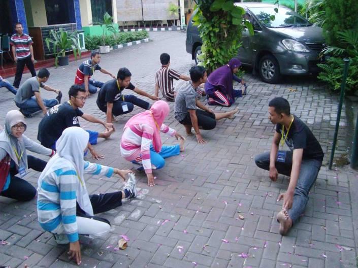 """Minggu, 31 Mei 2013 (05.45 WIB) di WISMA TAMU Jl. Pregolan Bunder no. 6 - 8 Surabaya Hari Ketiga Workshop """"MIND (set) for an ENTREPRENEUR with NLP"""" yang diselenggarakan oleh Jaringan Bisnis Indonesia (JARBIS) bekerjasama dengan Keluarga Alumni Universitas Wijaya Kusuma Surabaya (KAWIKAS), SENAM PAGI Peserta JARBIS 18 bersama Panitia JARBIS 18 http://jarbisindonesia.blogspot.com/"""