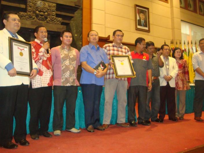Foto Bersama Dr. Drs. Heni Sukrisno, M.Pd (Pembantu Rektor 1 UWKS), Paulus Pangka, SH (Senior Manager MURI), Dr. Sukma Sahadewa, M.Kes (Ketua pelaksana Rekor Muri), Brigjen. CPM (Pur) Sonny Baksono, SH.(Pendiri KAWIKAS), Putu Darma Putra, M.Si ( Ketua Umum KAWIKAS), Nur Yahya, SH., M.H (Ketua Pelaksana Dies Natalis XXX (lustrum VI UWKS)), Drs. Agus Dono Wibawanto, M.Hum ( Ketua I KAWIKAS), Drs. Ec. Rudi Pranoto, Ak, MM (Pembantu Rektor II UWKS), Isetyowati Andayani, SH, MH (Pembantu Rektor III UWKS)